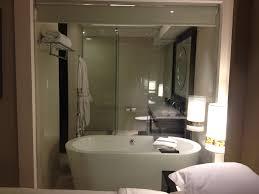 Không gian sang trọng của phòng tắm với vách kính 7
