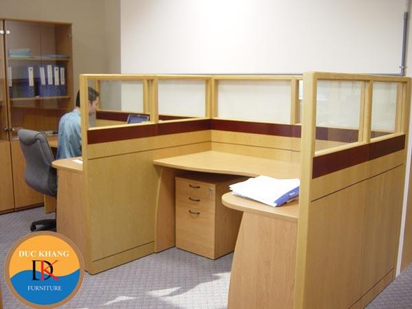 Phân vùng bằng vách ngăn khung nhôm ốp gỗ kết hợp kính