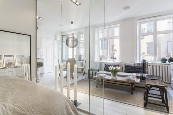 Phòng ngủ được phân cách với phòng khách bằng vách kính.