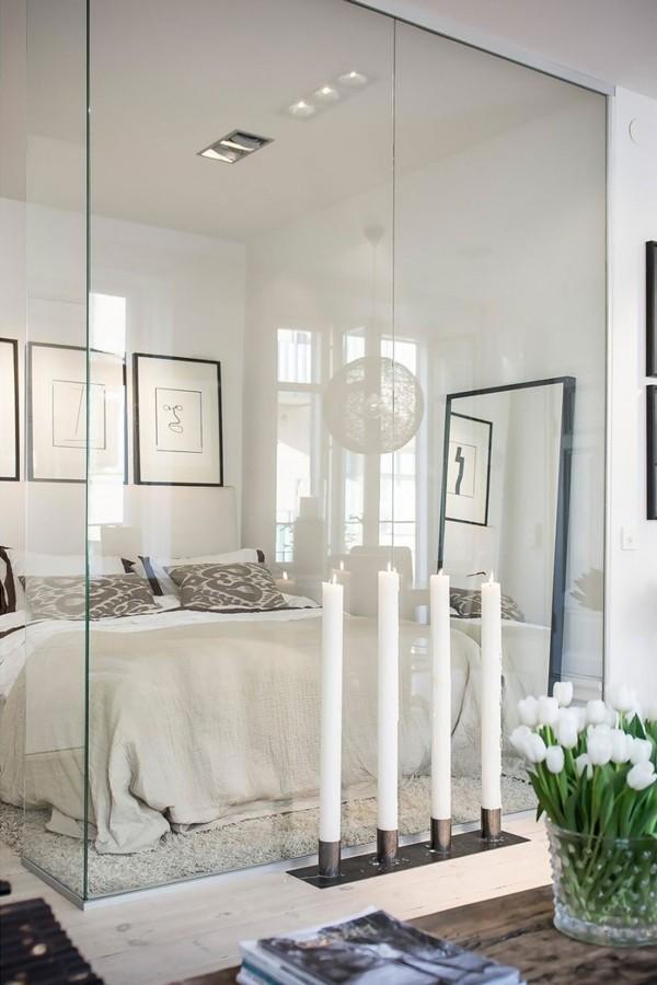 Tấm gương lớn ở bức tường cạnh giường giúp tăng hiệu ứng thị giác.