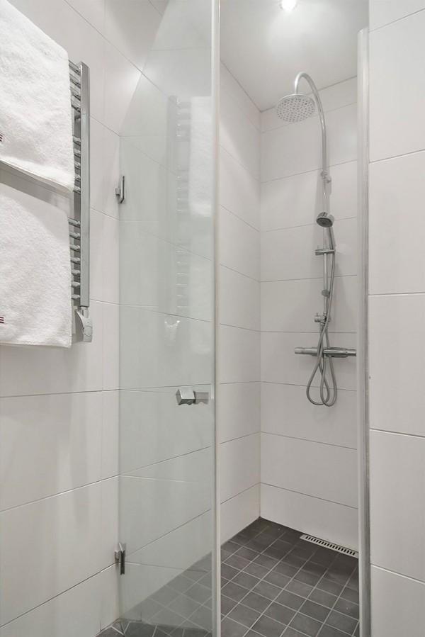 Vách ngăn kính cũng là giải pháp hoàn hảo cho phòng tắm nhỏ.