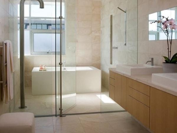 Phòng tắm sang trọng, tiện nghi với vách tắm kính