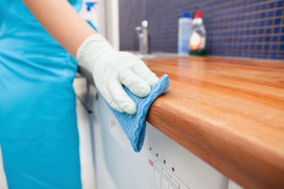 Các bước làm sạch vách ngăn vệ sinh compact đúng cách