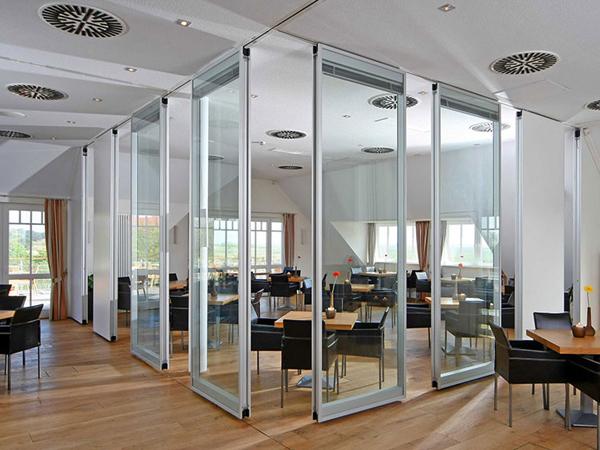 Vách ngăn kính cũng đa dạng, linh hoạt về kiểu dáng, phù hợp với nhiều dạng kiến trúc văn phòng