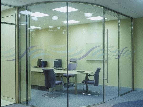 4 lý do bạn nên dùng vách ngăn kính cường lực cho văn phòng