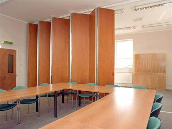 Giảm tiếng ồn phòng làm việc nên chọn vách ngăn nào?