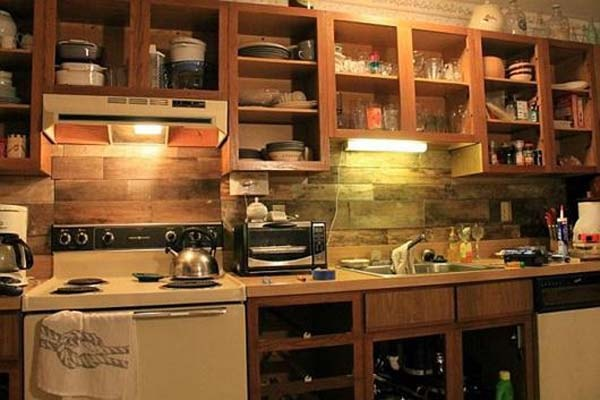 Sử dụng tường bếp bằng gỗ giúp bạn tận dụng được những nguyên liệu còn thừa khi xây dựng