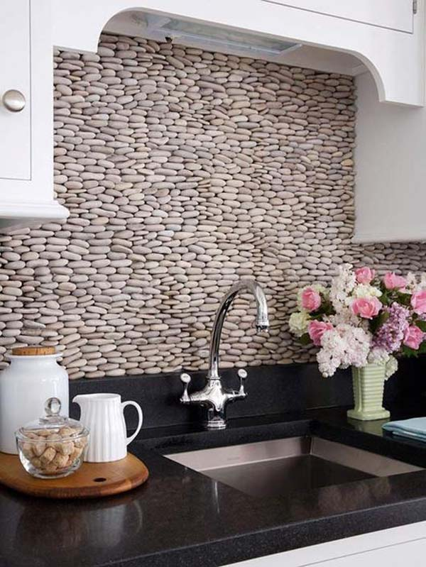 Ý tưởng trang trí tường bếp bằng đá đòi hỏi người thực hiện phải rất kiên trì
