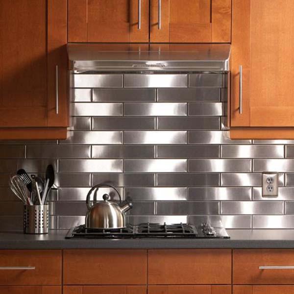 Trang trí tường bếp bằng gạch thép là một ý tưởng vô cùng độc đáo
