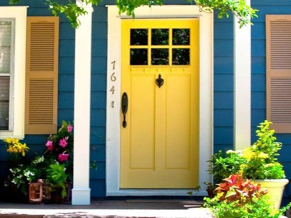 Cửa chính sơn màu vàng
