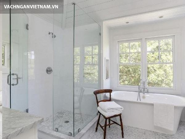 Nhà tắm hiện đại và sang trọng với vách ngăn vệ sinh kính