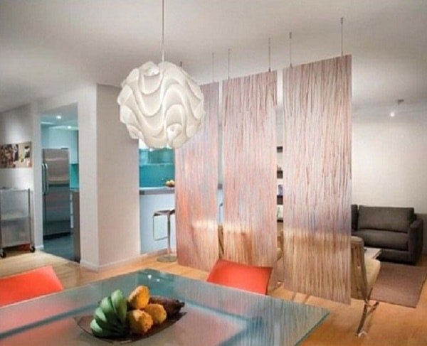 Tấm rèm giúp phân chia phòng khách và phòng ăn