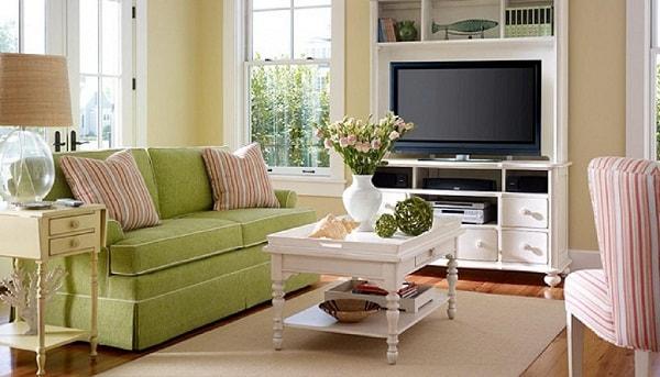Đồ nội thất có màu sáng giúp phòng khách nhà ống thêm thông thoáng