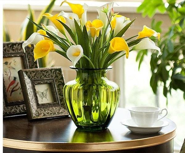 Không nên để bình hoa héo trong nhà