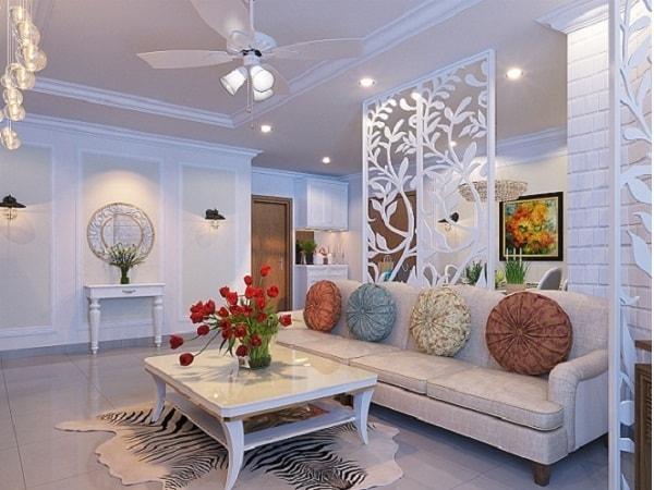 Phòng khách được ngăn cách với phòng bếp bởi tấm vách ngăn gỗ sang trọng