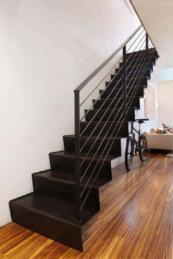 Không nên thiết kế cầu thang nhà ống quá dốc