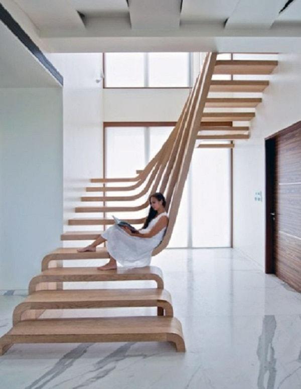 Không nên thiết kế cầu thang không có lan can
