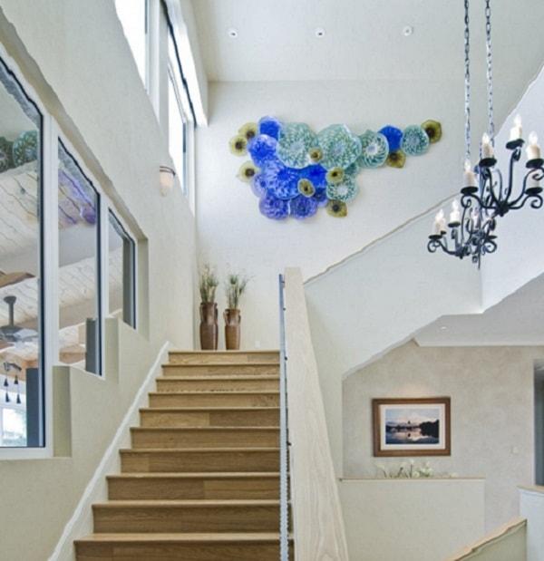Tranh ảnh, đèn chùm ở vị trí cầu thang sẽ giúp không gian thêm đẹp mắt