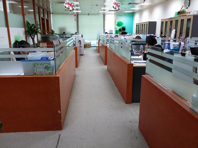 Vách ngăn văn phòng gỗ kính tuổi thọ trung bình cao, khả năng chống thấm nước