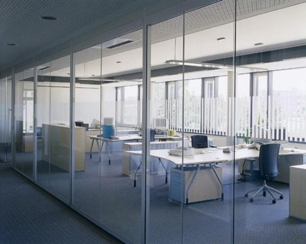Vách ngăn kính trong mang đến sự thông thoáng cho không gian văn phòng