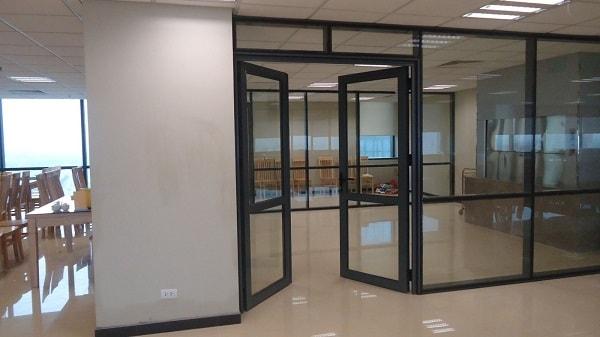 Vách ngăn bằng kính cường lực giúp ngăn không gian văn phòng