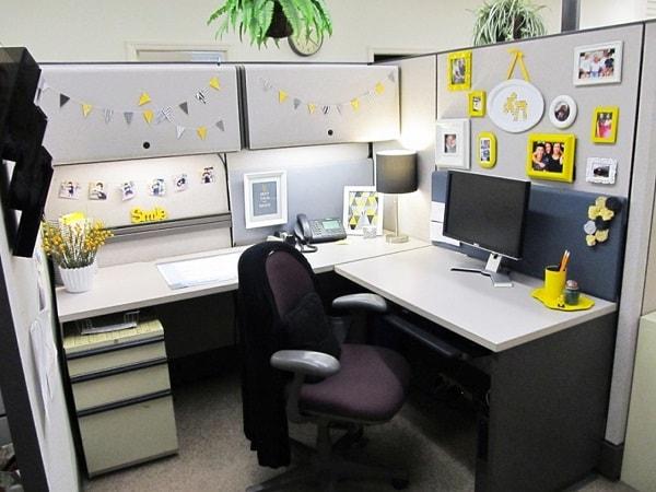 Ý tưởng trang trí vách ngăn bàn làm việc với đèn