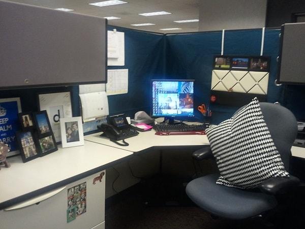 Sử dụng thêm những chiếc gối nhiều màu sắc cho chiếc ghế văn phòng của bạn