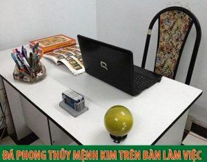Ý nghĩa và cách đặt đá phong thủy mệnh Kim trên bàn làm việc hút tài lộc